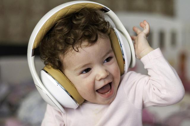 无线耳机孩子.jpg